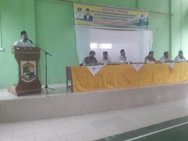 Kadis Pendidikan Dan Kebudayaan Pelalawan Serahkan SK Guru Honor Dinas Di Kecamatan Bandar Petalanga