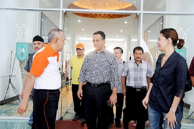 Plt Gubri mengantar keberangkatan Mendikbud RI di Vip Lancang Kuning SSK II. (foto: humas)